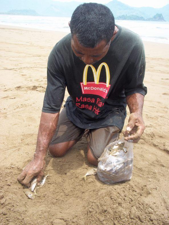 Hanya Untuk Satu Kantung Plastik Ikan Bapak Ini Rela Berpanas-Panasan. Dan satu kantung plastik kecil itu dihargai (MAKSIMAL) TUJUHRIBU RUPIAH :(