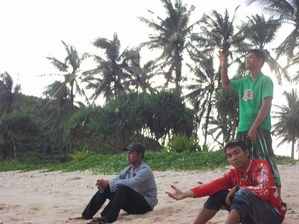 Ngemper di Tepi Pantai Srau
