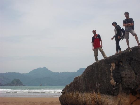 Salah Satu Batu Karang Berbentuk Badan Kapal di Sisi Barat Pantai Pelang Indah