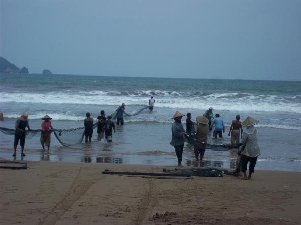 Potret Buruh Laut Yang Panas-Panasan Menarik Jaring Tarik, Tapi Tetap Semangat :)