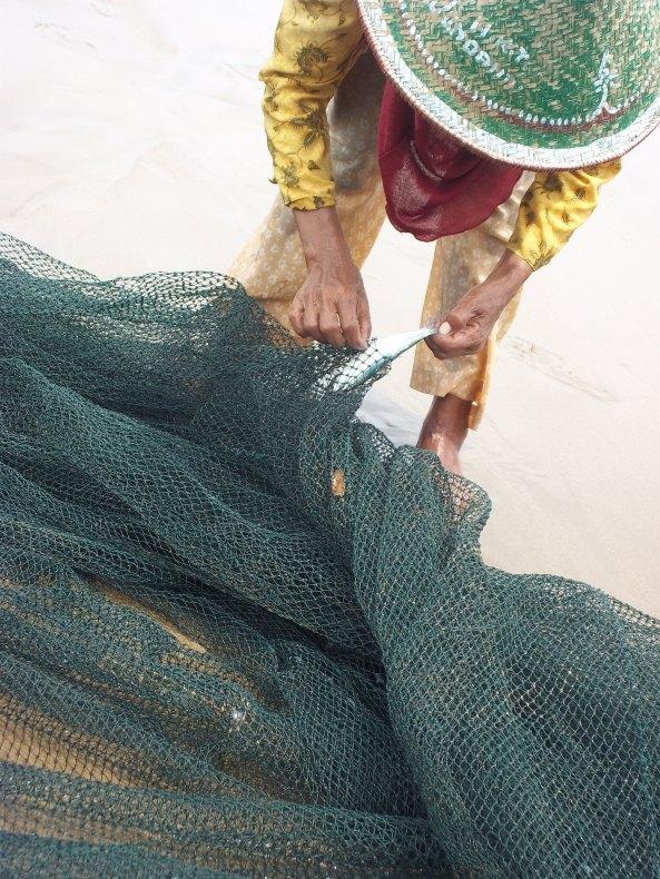 Usaha Keras Untuk Mengeluarkan Seekor Ikan Layur Kecil... Ahhh...harga ikan kecil itu tak seberapa, laku pun belum tentu. Tapi Si Ibu Tetap Berusaha Sekuat Tenaga Mengeluarkan Layur Kecil Dari Jaringnya