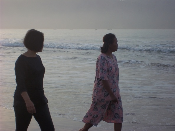 Aktivitas Ibu-Ibu di Akhir Pekan adalah Melemaskan Kaki di Tepi Pantai. Lumayan, refreshing sebentar sebelum sibuk dengan aktivitas dapur :D