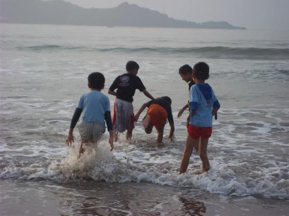Sekelompok Bocah Yang Belum Mengerti & Tidak Peduli Taste dari Sebuah Pantai. Yang Mereka Tahu hanyalah basah-basahan bersama & Tertawa-Tawa sesukanya :) Semoga Kecerian Kalian Bisa lebih baik di masa depan ya, dek :)