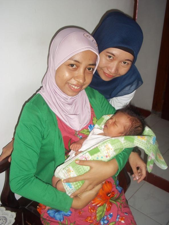 Mama Puput, Auty, & Dedek Naura yang Gak Mau Melek-Melek Meskipun Boboknya Digangguin :)