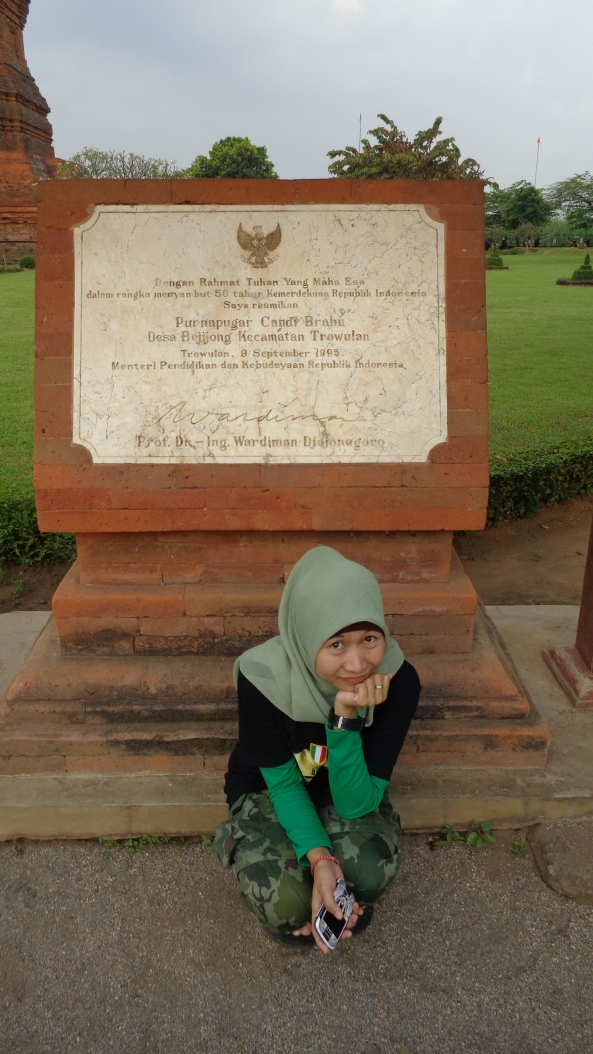 Di Depan Monumen Peresmian Candi Brahu sebagai Salah Satu Cagar Budaya oleh Pemerintah