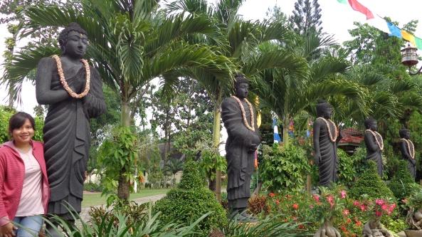 Di Depan Pintu Masuk. Berjajar Patung-Patung Budha yang tegak berdiri. Seakan-akan menjadi Pagar Ayu Bagi siapapun yang hendak memasuki ruang utama Vihara yang hanya dikhususkan untuk berdoa