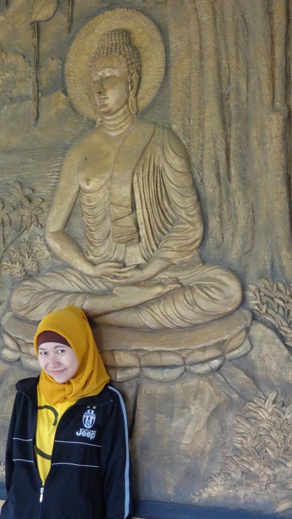 Bersandar Di Dinding 'Bale-Bale' yang Dihias Relief-Relief Budha.