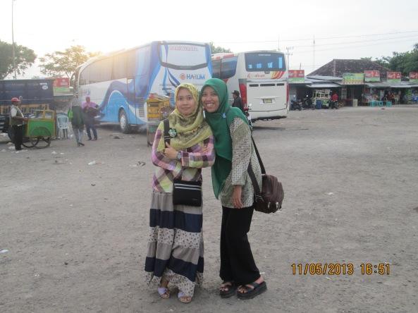 Mbak Ila (kanan) & Istri Salah Satu Karyawan Kantor Yang Anaknya Sempat Menghilang