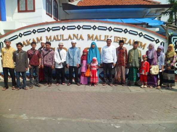 Bersama-Sama Di Depan Pintu Masuk Makam Sunan Maulana Malik Ibrahim