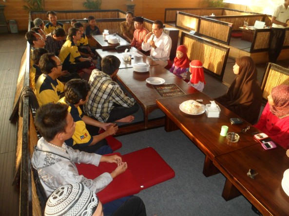 Sedang Mendengarkan Bapak Sugianto yang mengurusi masalah HRD Membuka Acara