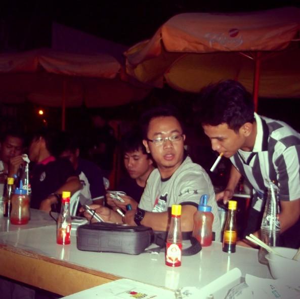Sekretaris JCI Chapter Surabaya (Kacamata) & KaDiv Futsal (dengan sebiji rokok di mulutnya)