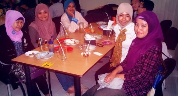 Makan bersama alakadarnya untuk sekedar bersama-sama :) FIGHTING, GUYS!!!