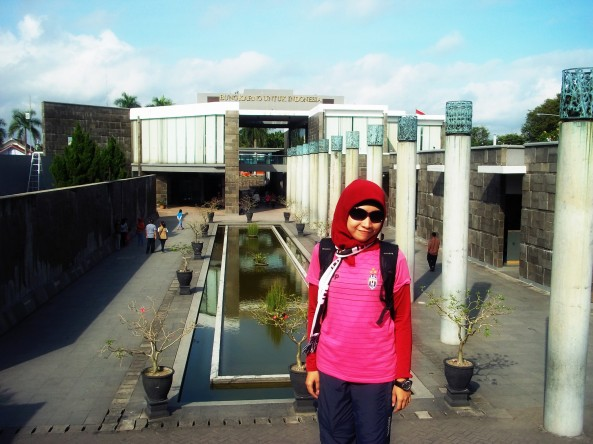 Membelakangi Pelataran Perpustakaan & Museum di area Makam Bung Karno