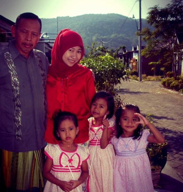 Aunty, Papi, & Ponakan. Menjadikan Bukit Nongkojajar (Salah satu jalur menuju Gunung Bromo & Semeru) Sebagai Background :)