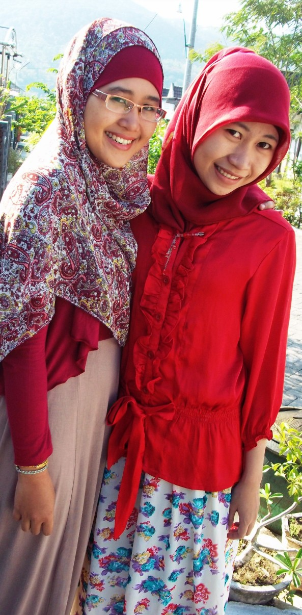 With My Sister. Yang Maksa banget untuk mempublish foto ini dengan alasan tubuhnya tak terlihat 'besar' :P