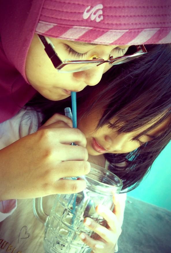 Tante & Ponakan yang Sedang Berbagi Segelas Es Degan :)