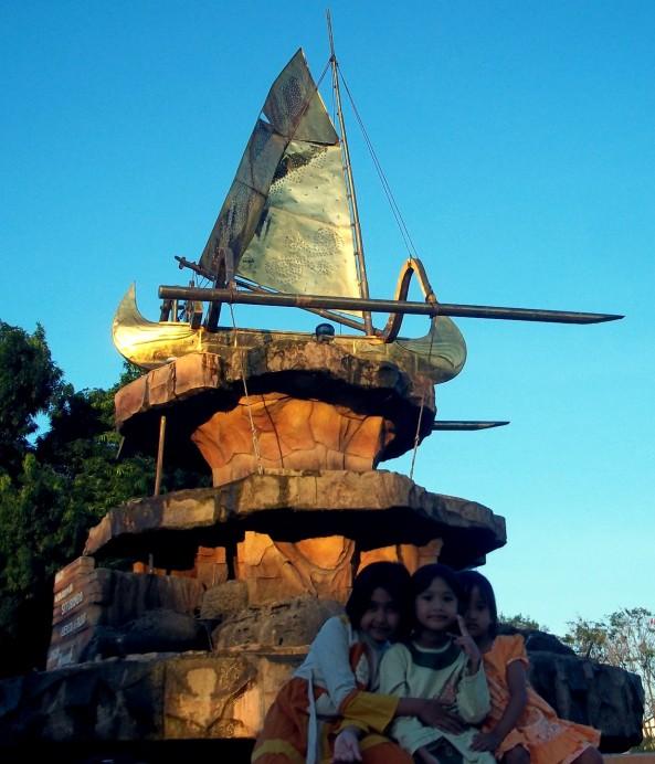 Di tengah Miniatur Kapal Layar. Salah Satu Icon kota Pesisir. Dulunya Tempat ini adalah rumah Pohon Ficus benjamina; dulu...jaman saya kecil.