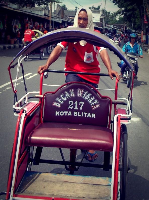 Becak. Alternatif transportasi lain dari arah makan ke alun-alun atau sebaliknya. Harga Normal Maksimal Rp.10.000