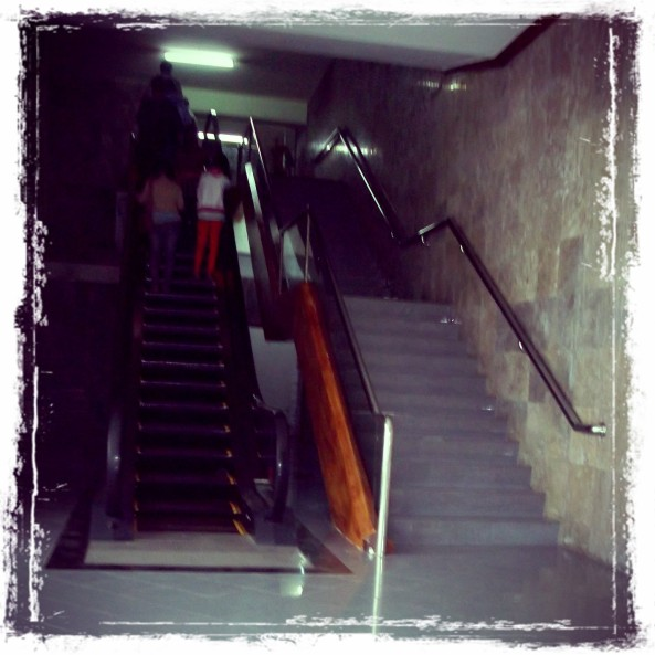 Anak tangga di museum sebagai akses masuk karena konsep bangunannya adalah Bawah Tanah