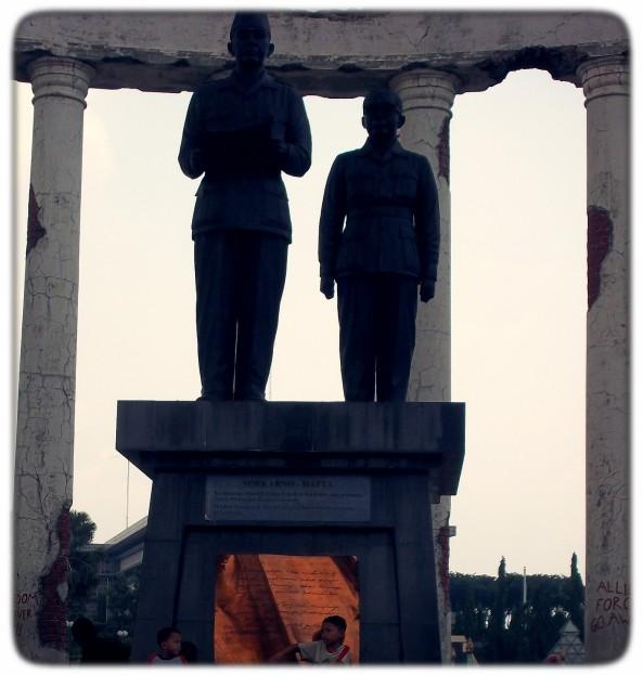 Patung Bung Karno-Hatta di depan pintu masuk